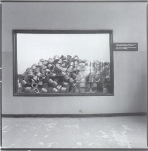 Boîtes qui contenaient le zyklon B utilisé pour tuer dans les chambres à gaz (photo A. Kernevez, 2000)