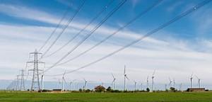Éoliennes et lignes à haute tension près de Rye, en Angleterre.