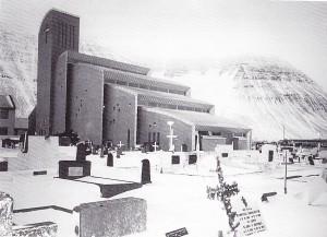 Un temple islandais construit au coeur du cimetière. Entre Noël et le jour de l'an, toutes les tombes sont rituellement illuminées.
