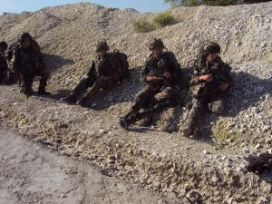Départ pour une marche d'infiltration. Alignés le long d'une butte, il faut attendre que la colonne d'hommes se forment et se mettent en branle.